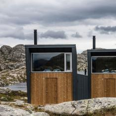 Stay In A Cabin With An Outdoor Shower Overlooking The Mountains of Norway