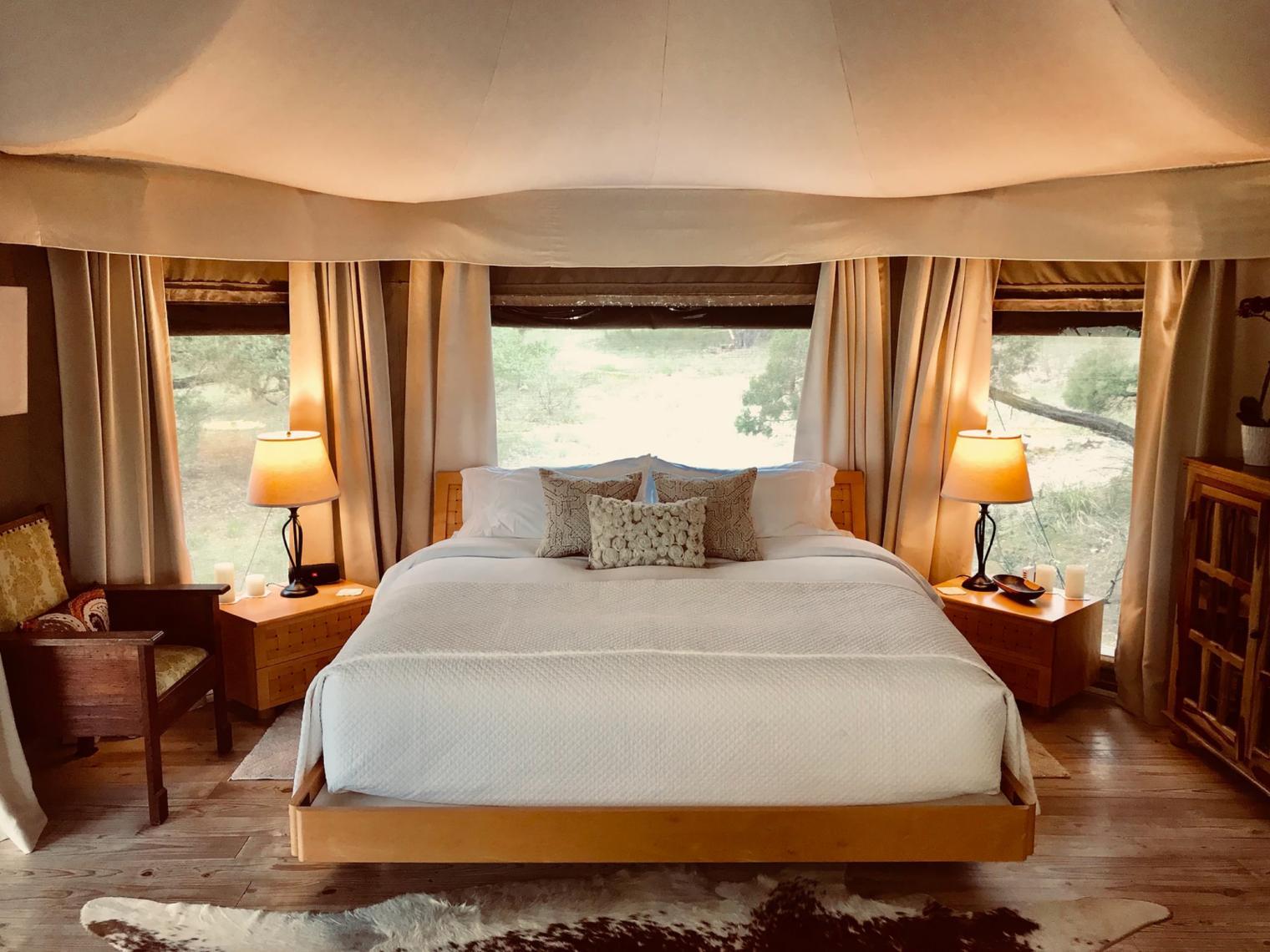 浪漫的野外露营 帐篷酒店孤独人溪上的辛亚