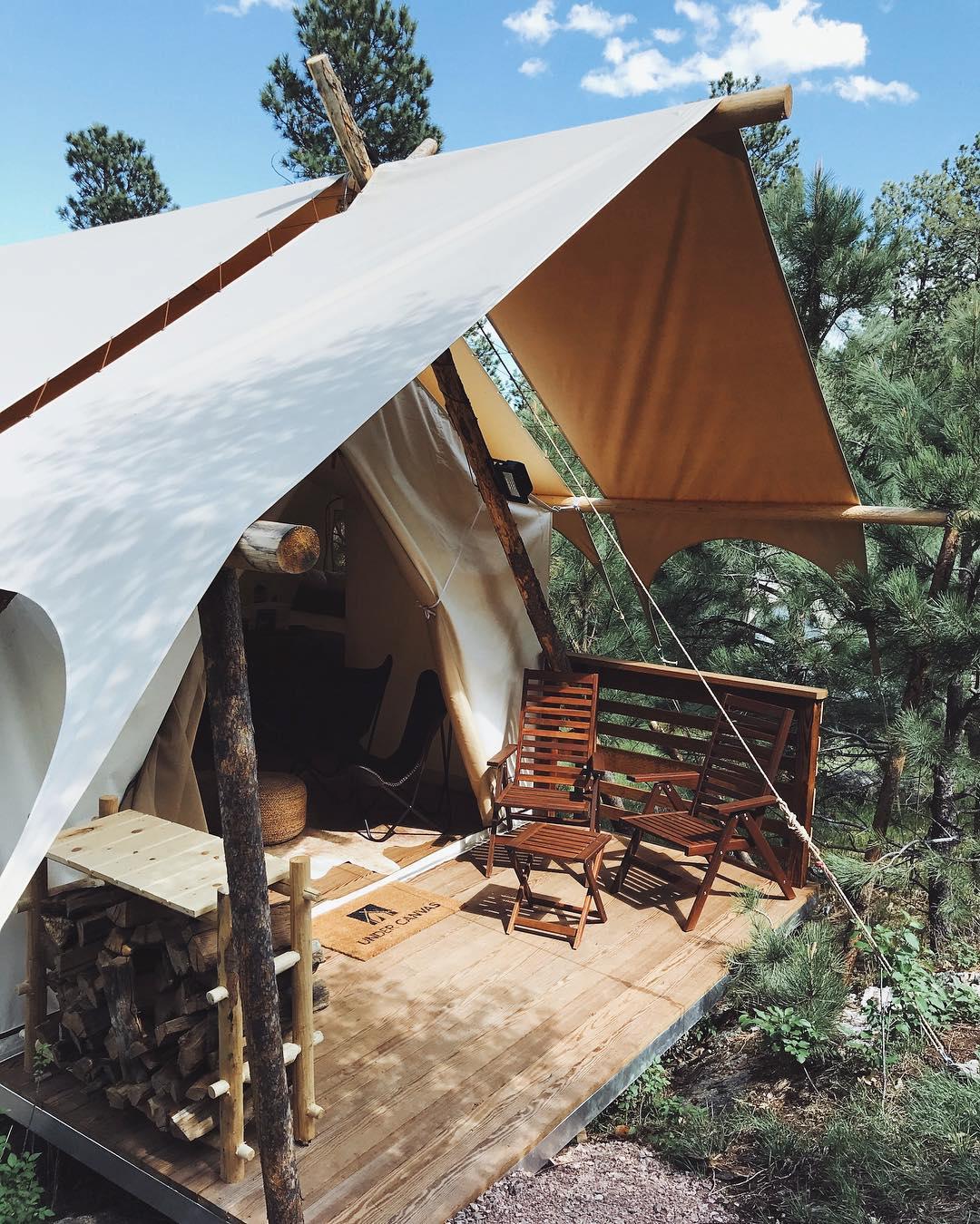 浪漫的野外露营 帐篷酒店在帆布下拉什莫尔山